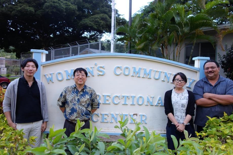 ハワイ州女性コミュニティ矯正センターで撮影(右端がPatterson所長)