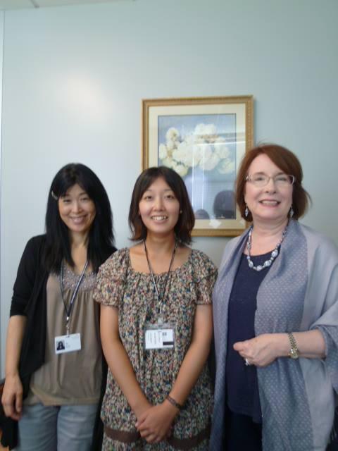 写真左より著者、徳島医大よりテキサス州立医大へ夏季研修生として派遣された森本佳奈さん、テキサス州立医大のキャサリン・ラブランド教授