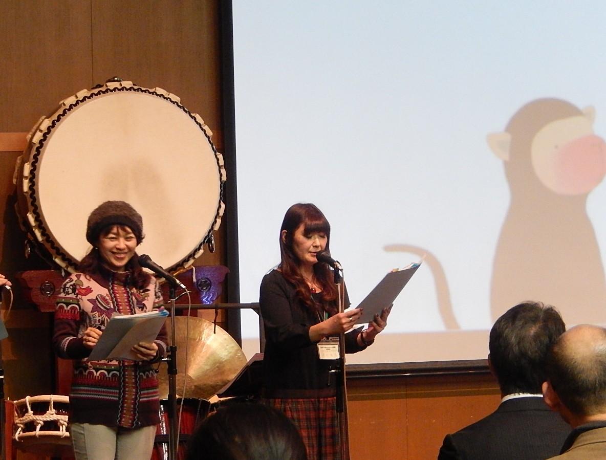 絵本の読み合わせをする増田梨花教授(右)と村本邦子教授(左)
